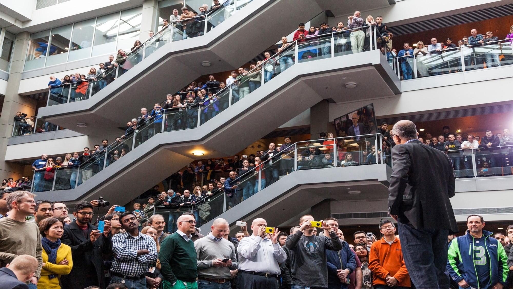 Satya Nadella dando un discurso a sus empleados