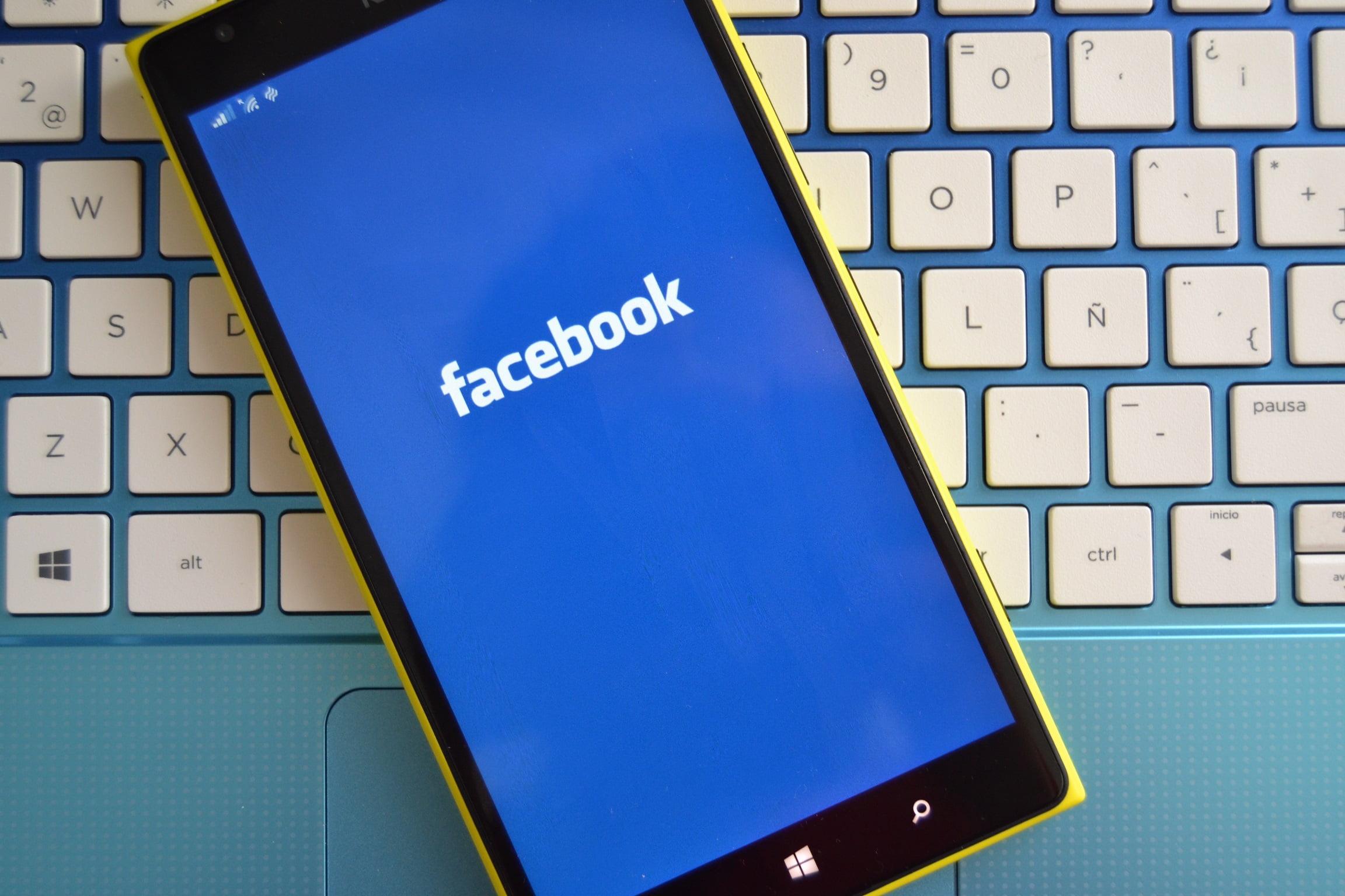 Fotografía a un teléfono con el logo de Facebook