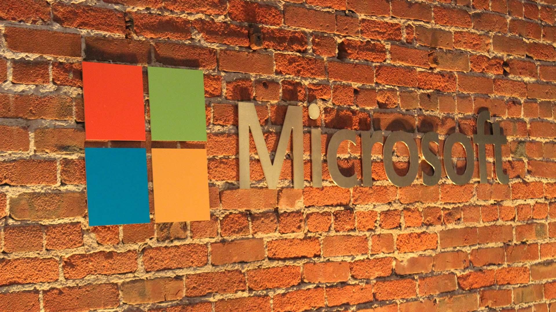 Logo de Microsoft sobre una pared de piedra