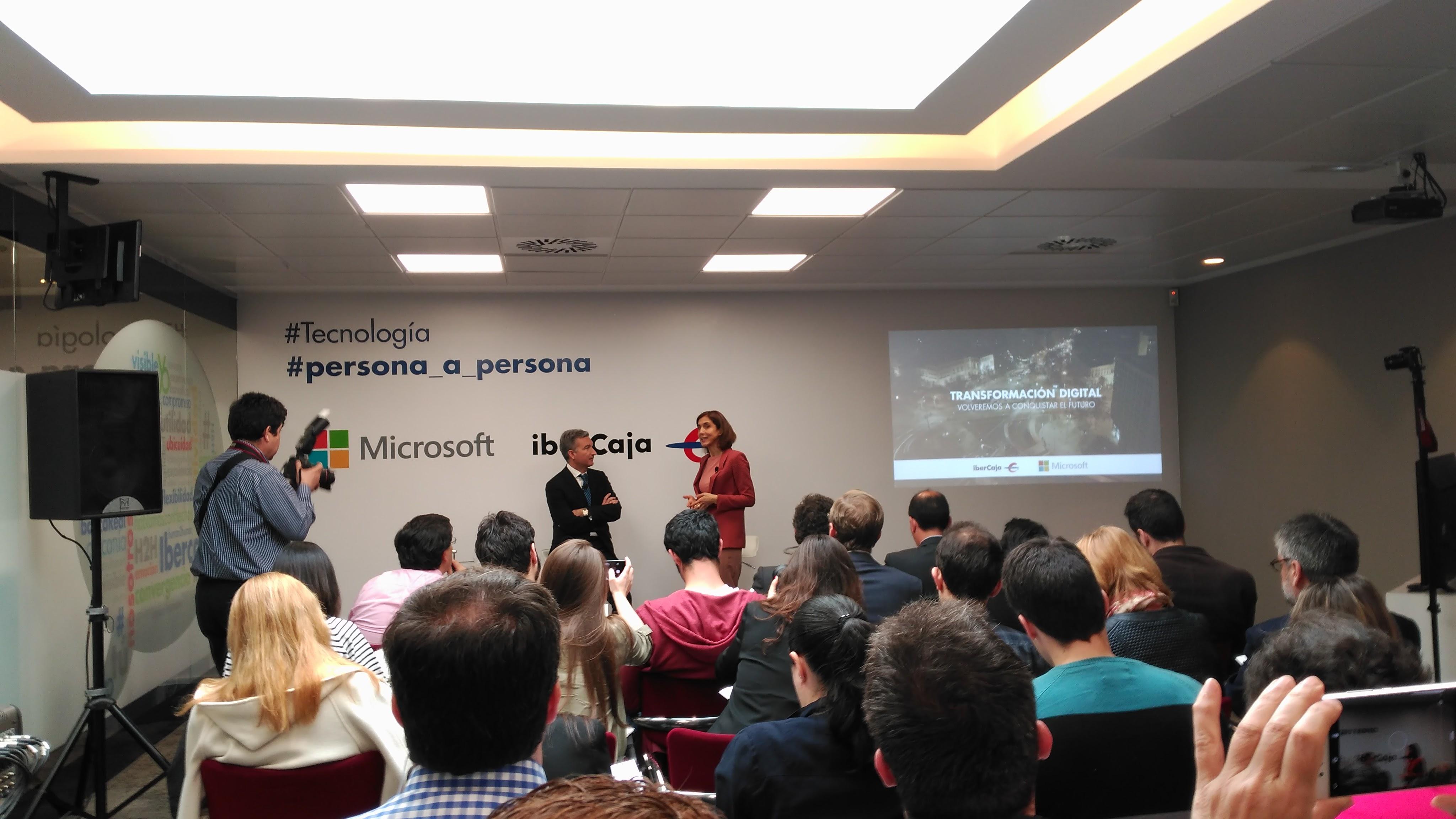 Pilar López y Víctor Iglesias respondiendo a la prensa