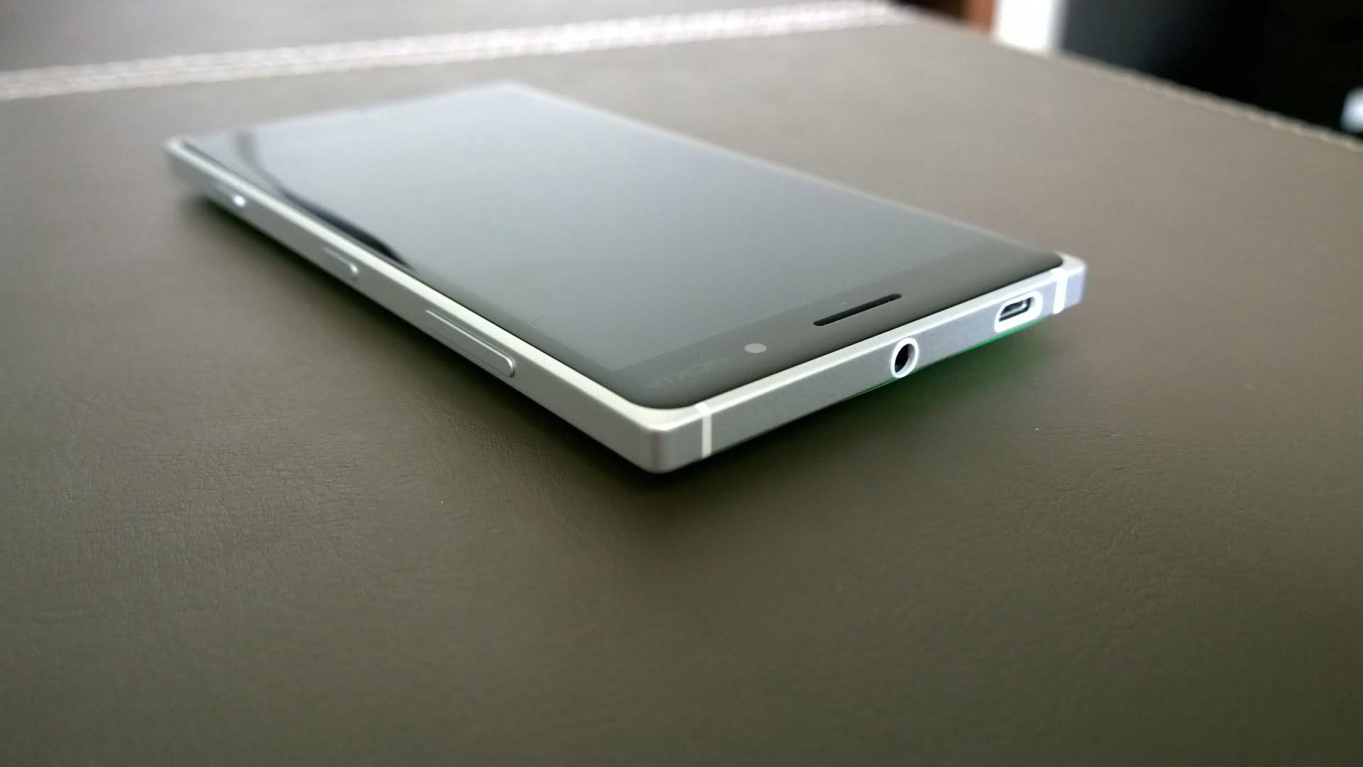 Lumia 830 de color verde sobre mesa de madera