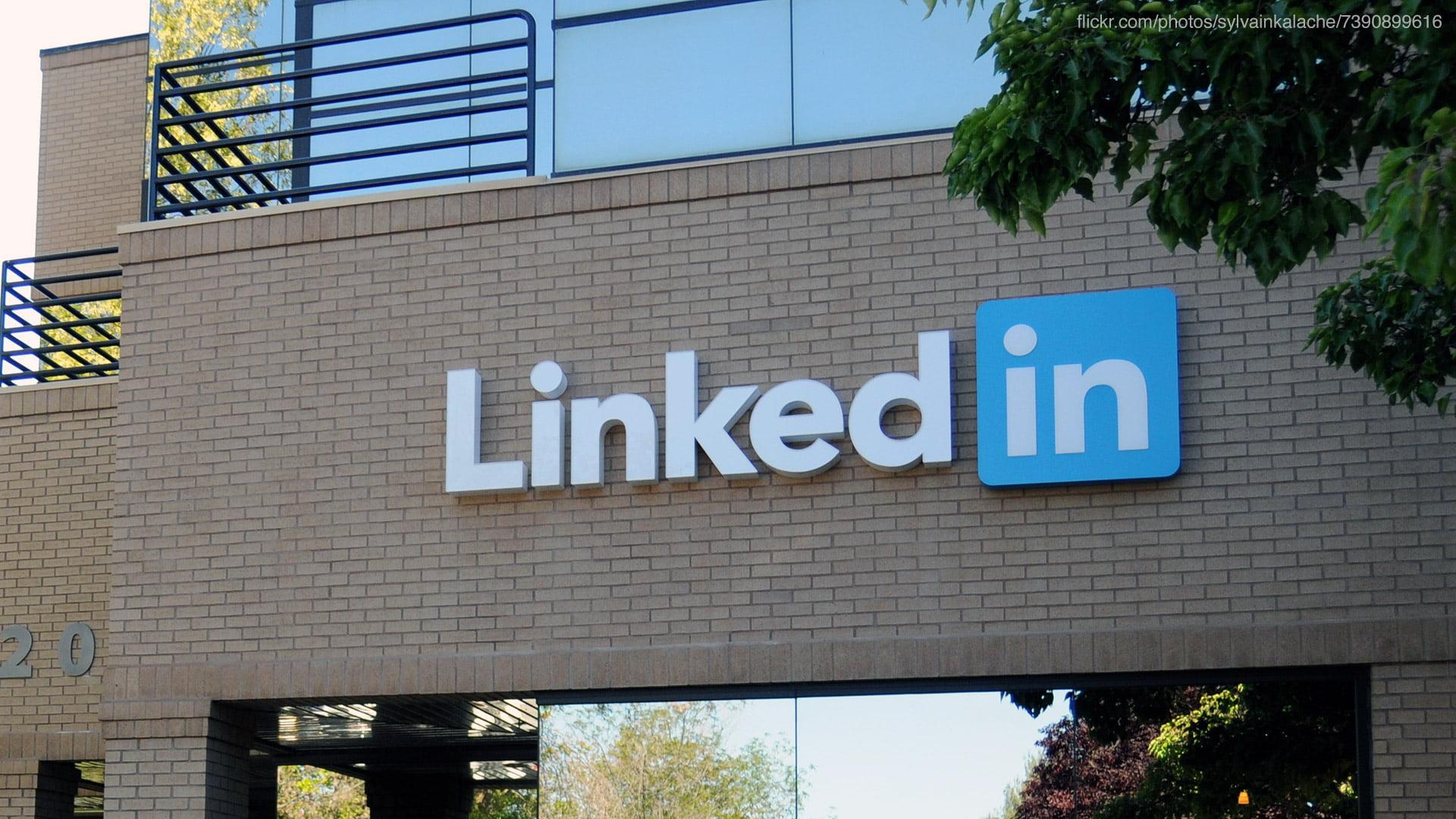 Logo de LinkedIn en un edificio