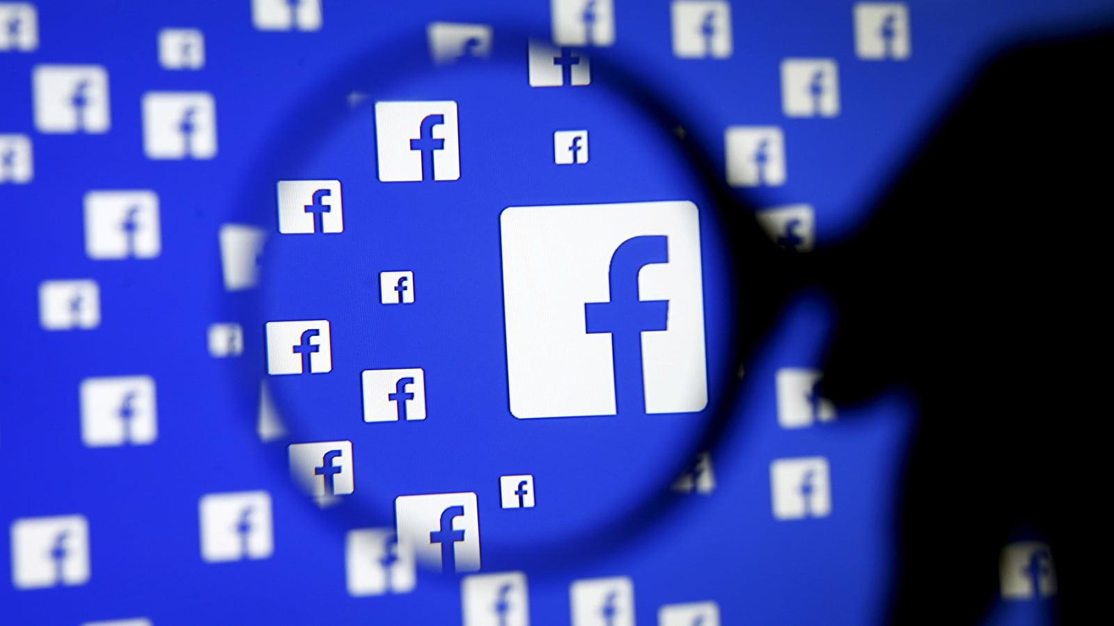 Logo de Facebook tras una lupa