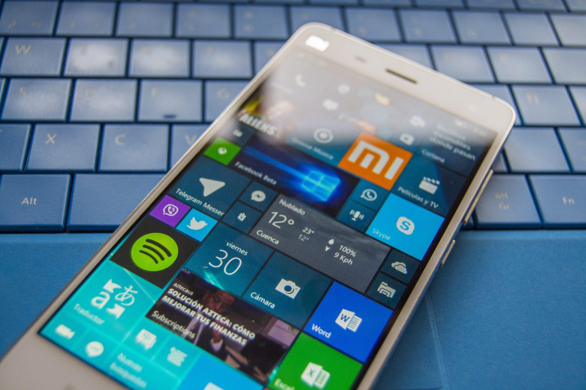 Teléfono con Windows 10 Mobile sobre un teclado de Surface