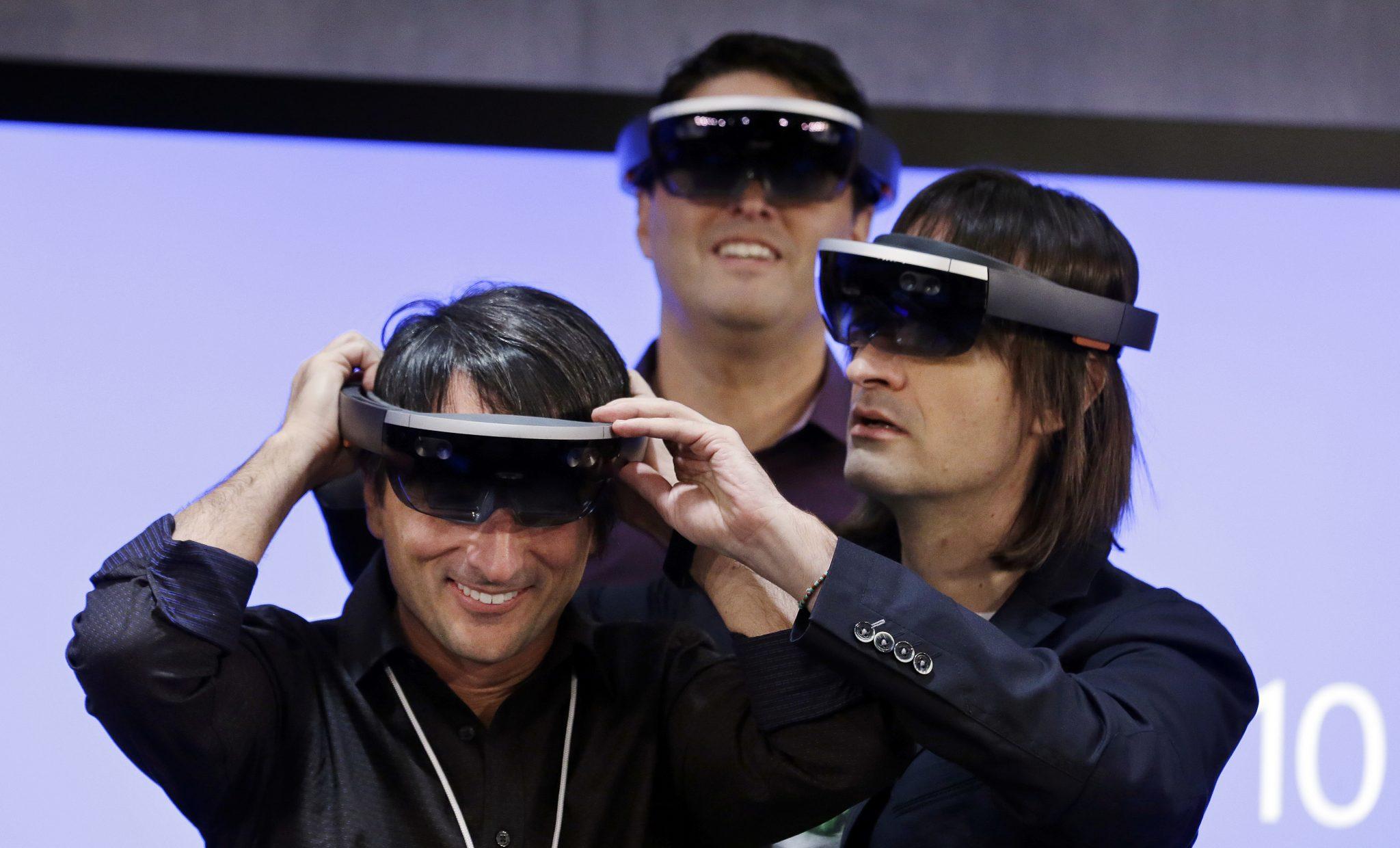 Los creadores de Windows 10 probando Microsoft HoloLens