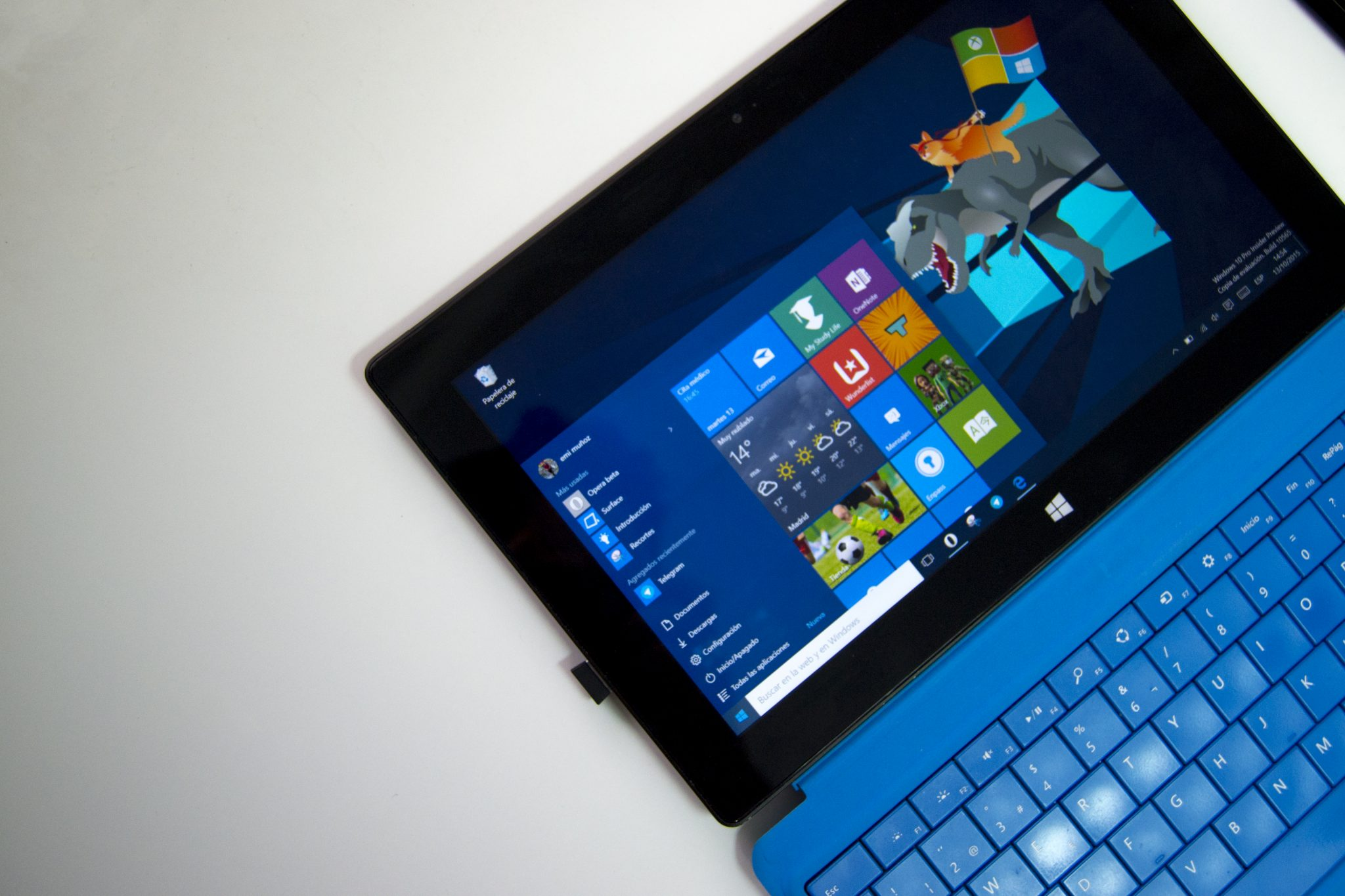 Windows en una Surface con fondo de Insider