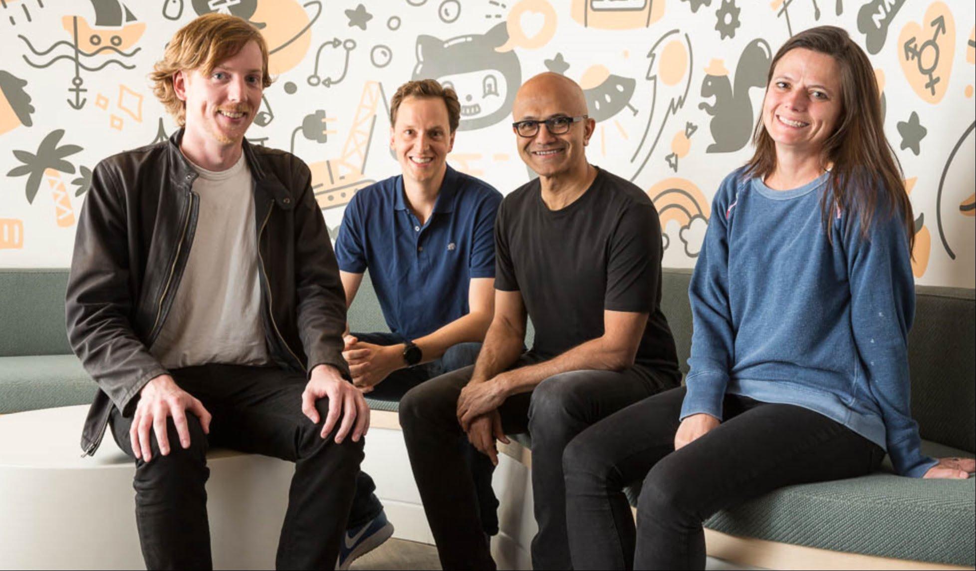 Satya Nadella con los fundadores de GitHub