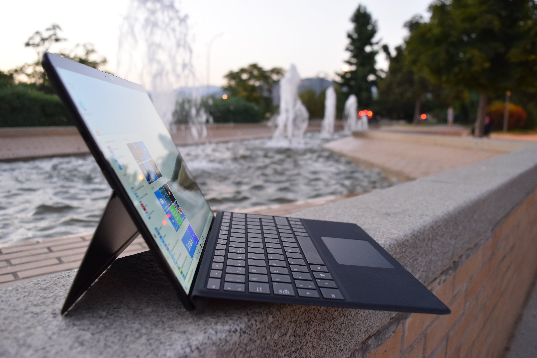 Vista lateral de Surface Pro X con el teclado anclado