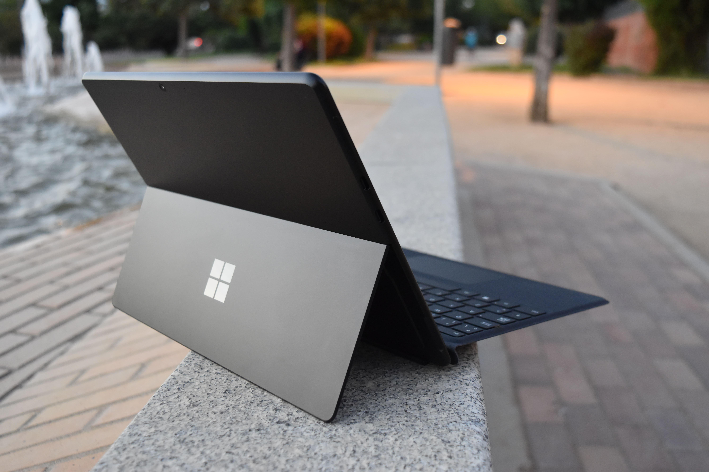 Vista trasera con kickstand abierto de Surface Pro X