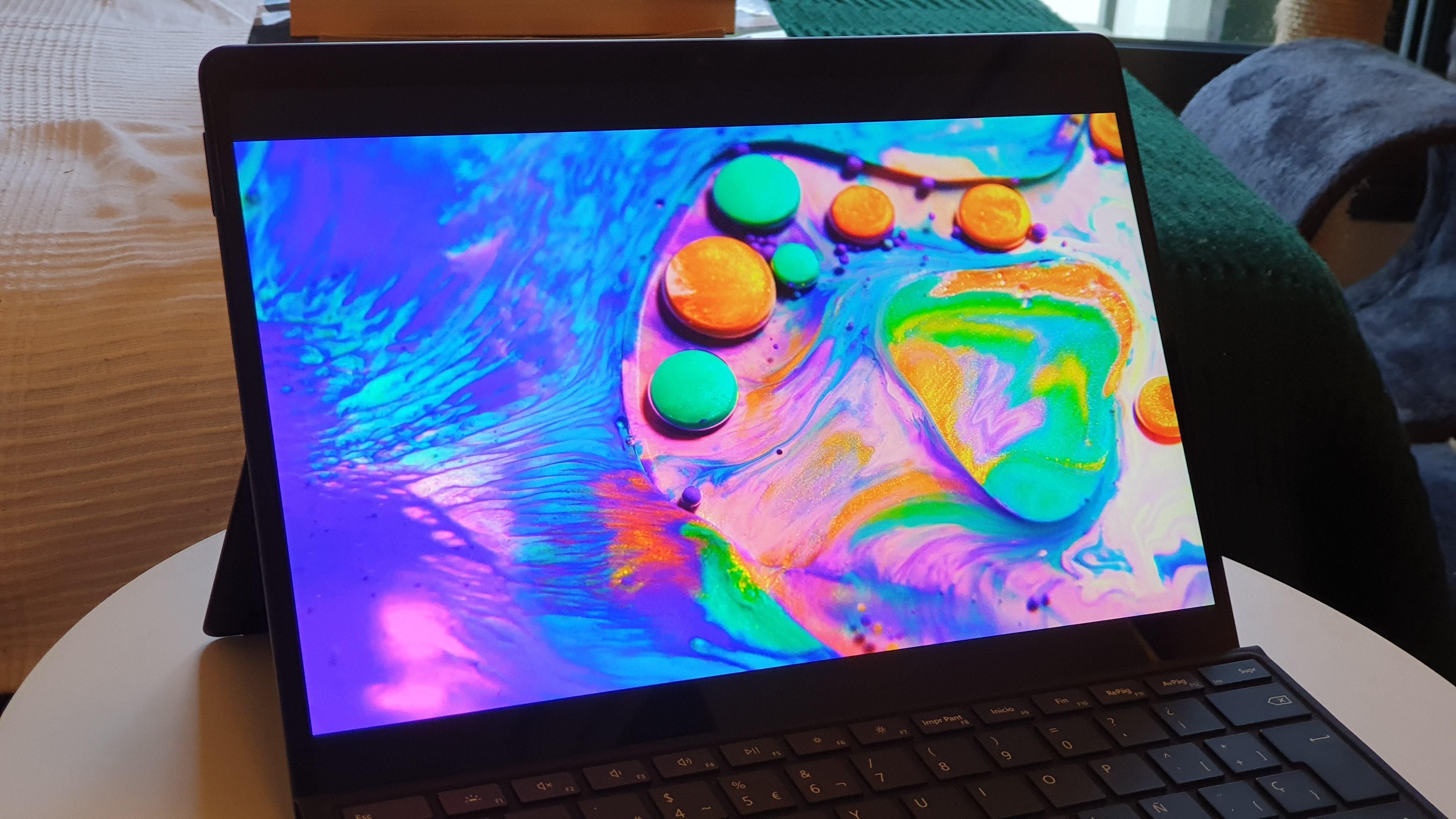 Pantalla mostrando un vídeo con colores intensos