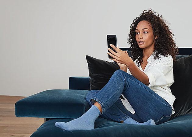 Mujer mirando Office en Android