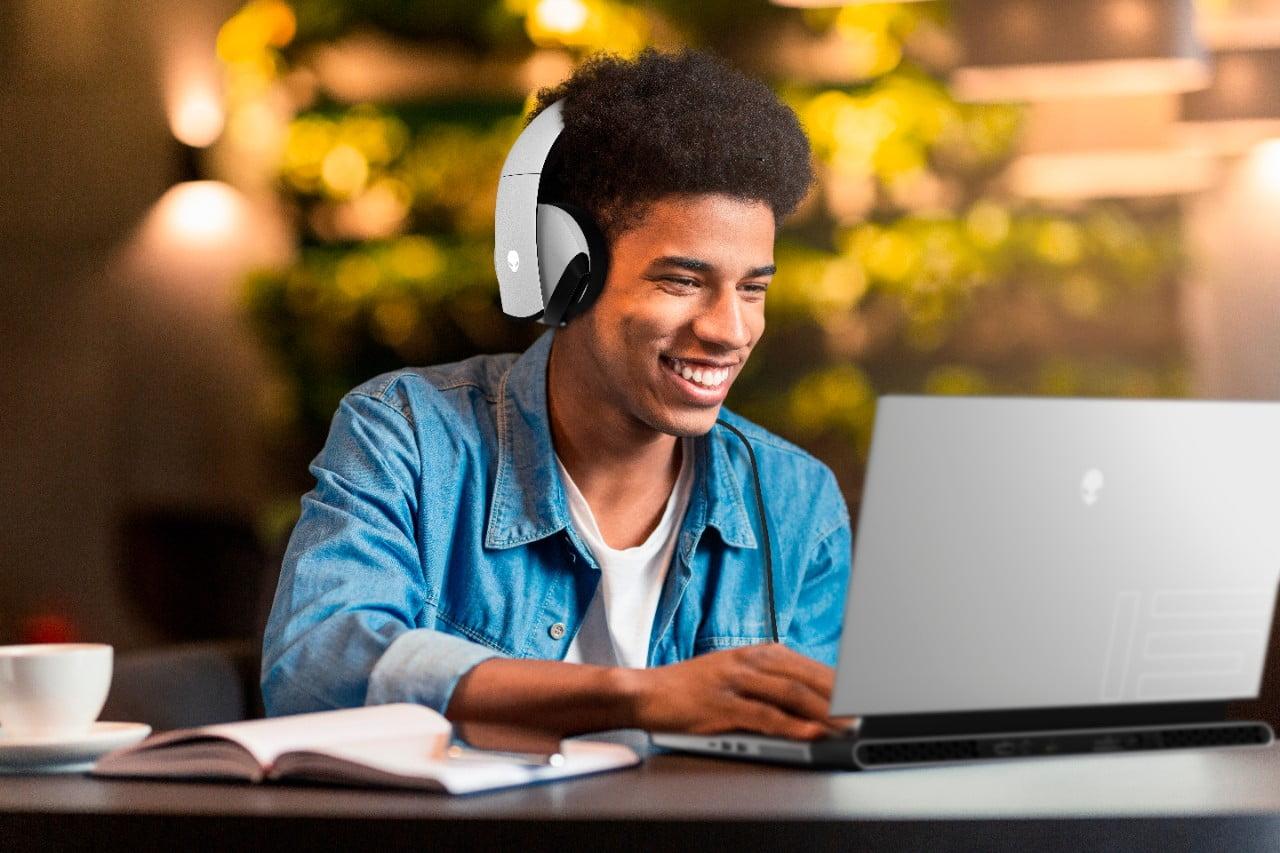 Estudiante usando el Alienware m15 R4 mientras escucha música